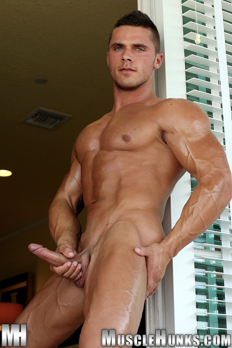 Nude muscle man with a ripped body